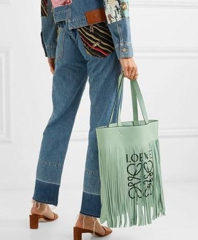 【LOEWE名牌手袋】牛油果綠手袋近年開始大熱,不少品牌都相繼推出這清新的罕有色調,淡淡優雅的綠色超顯文青氣息,很適合走簡約風的女生~