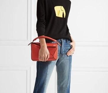 【LOEWE名牌手袋】珊瑚紅手袋很有活力青春氣息感,簡約低調的服飾配上這亮眼色調的手袋,瞬間成為全場焦點。