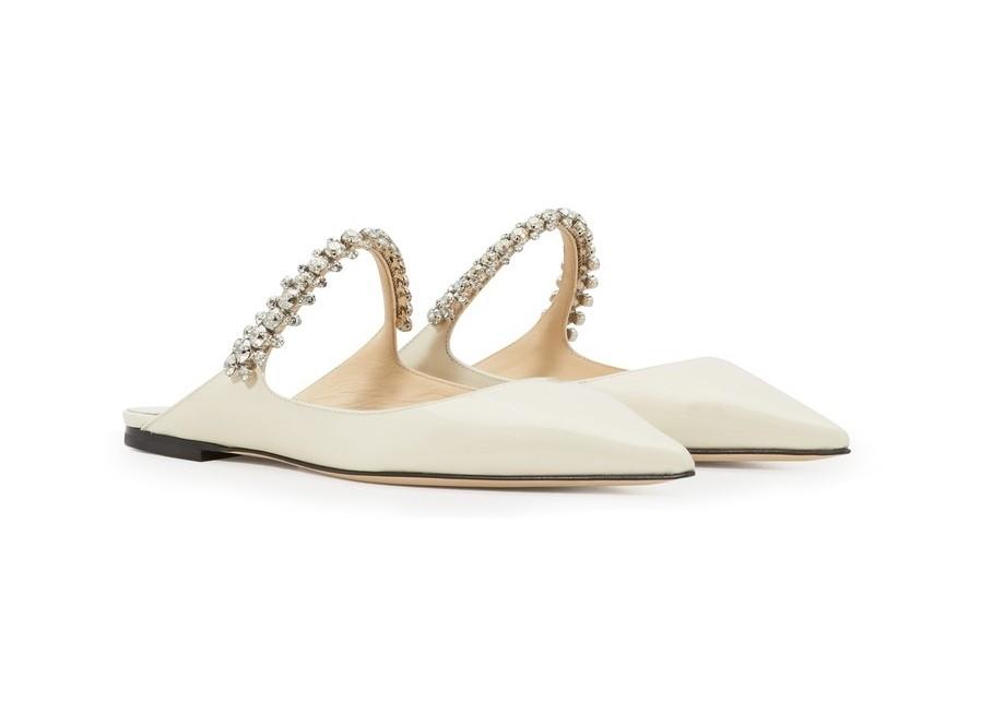 【Jimmy Choo婚鞋】如果你本身是個子較高的女生,想選一些平底鞋的款式,這款簡約白配上大珠飾鞋帶也打造得很精緻!