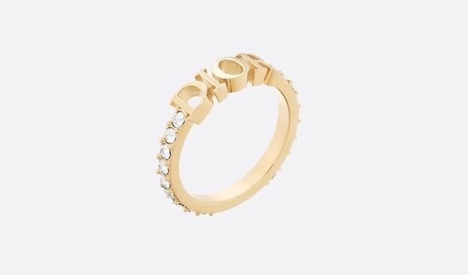 【節日名牌首飾推薦2021】這款戒指採用金色色調金屬製成,中間僅以DIOR字樣作標記,戒指環更綴以水晶釘鑲