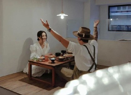 在12週年時,張繼聰也上載了3張和謝安琪約會吃晚飯的照片,更引用了一段名言:「A successful marriage requires falling in love many times ,always with the same person.」他表達「一段成功的婚姻是需要與同一個人不斷墮入愛河」,難怪他常常製造驚喜讓謝安琪心動,是他們保持愛情新鮮度的技巧。