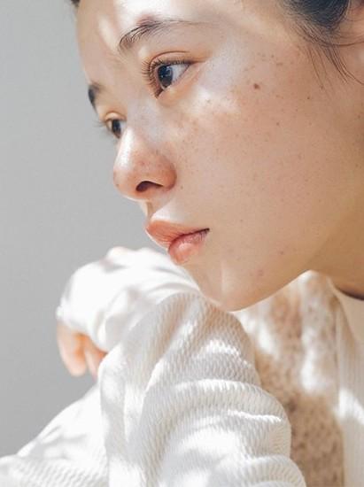 除了以上所提,一般女生洗臉常犯的錯誤還有以下兩點: 洗臉時很多人都會忽略細微的位置,例如鼻翼、下巴、脖子和耳後!仔細的洗臉可以防止暗藏的污垢外,洗臉時取用由上而下、由內到外的方式,用指腹輕輕按摩,能促進臉部和頸部血液循環!
