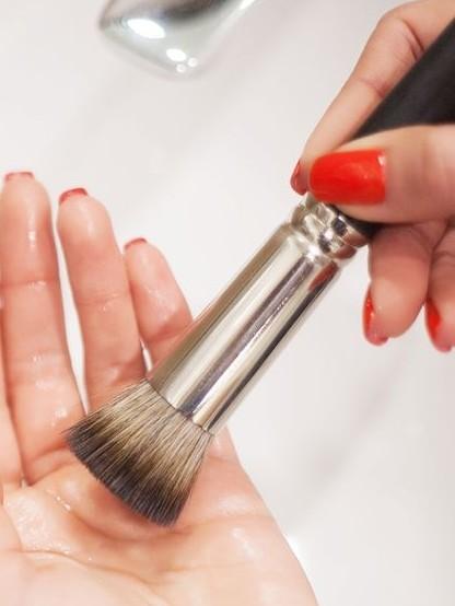 如果是使用刷具上妝的人,可以先將手指分為三個施力點,分別為大拇指、食指+中指,還有無名指+小指頭~在握刷具的時候將這三個力量聚集在一點上握住刷具筆桿與金屬管口的交接處,這一點就是刷具上妝的施力點!