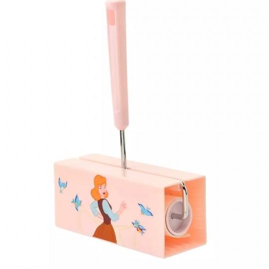 灰姑娘除塵膠紙座其實非常實用,放在家裏十分美觀!每一次用除塵紙黏完衣物上的塵埃後,亂放時都會黏上其他雜物,有了收納的膠紙座就不怕膠紙會失去黏力了!