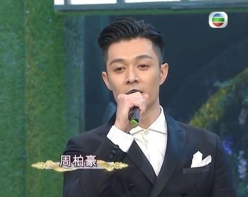 小肥憶述當時他在群組中傳送了一張Chill Club的記招相片,大家紛紛讚好,指節目提供了不少機會給歌手,怎料得到周柏豪回應:「你哋玩得開心啲。」並send出一個TVB的標誌。