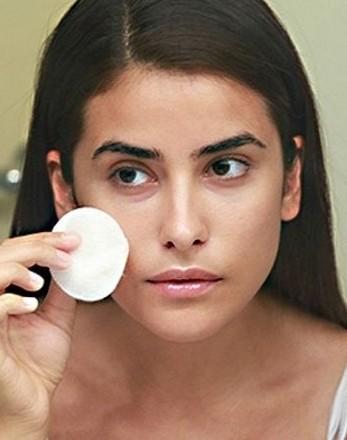 第二個關鍵就是上妝工具用法,有不少女生也會用錯手勢拿上妝工具,而鐮田誠更表示上妝手勢非常重要!海綿、粉撲的正確用法是應該先將它反方向對折,食指以90度角在中心點施力,塗抹的用處應該在施力點的上半部分。