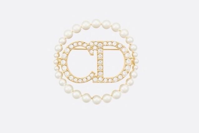 【節日名牌首飾推薦2021】Clair D Lune 胸針散發雋永典雅的氣息,採用金色色調金屬製成,「CD」initial 綴以白色水晶