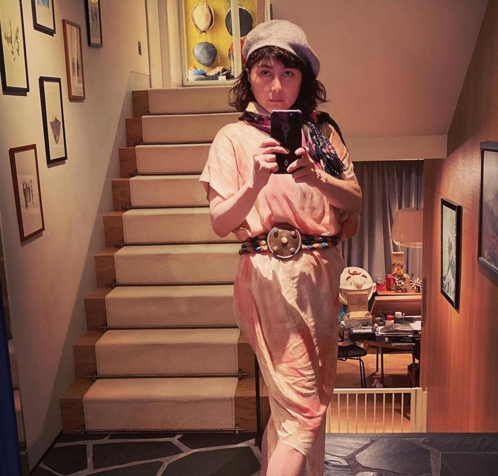 何超儀在家中豪宅試品牌送贈的衣物,粉色連身裙配搭圍巾及腰帶