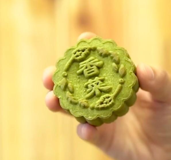 餅皮帶有香脆嘅牛油曲奇口感,餡料就用咗台灣香菜先生出產嘅芫荽粉同芫荽乾,以及新鮮芫荽製作
