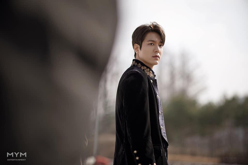李敏鎬所屬的MYM經紀公司釋出了《The King:永遠的君主》拍攝花絮照