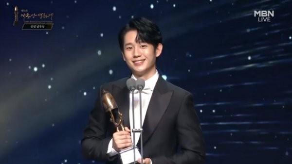 第56屆大鐘獎,丁海寅以《柳烈的音樂專輯》獲得男子新人獎