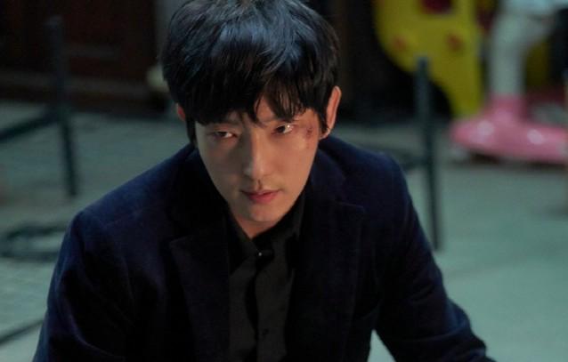 《惡之花》李準基飾演「白熙成/都賢秀」